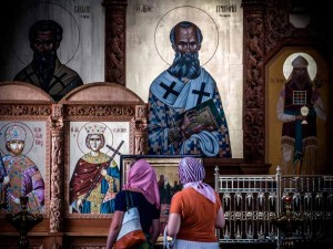 astrakhan-cattedrale-donne-devozione