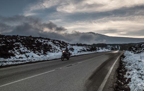 motociclismo-a-esempio-piace-il-sud-etna-tramonto