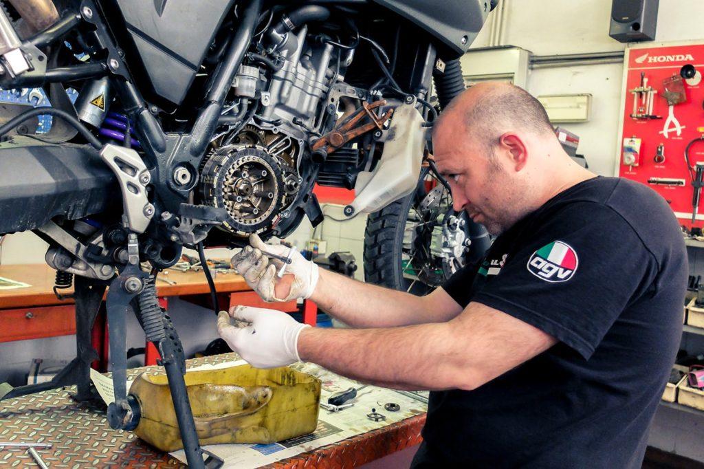 preparazione-giro-del-mondo-in-moto-officina