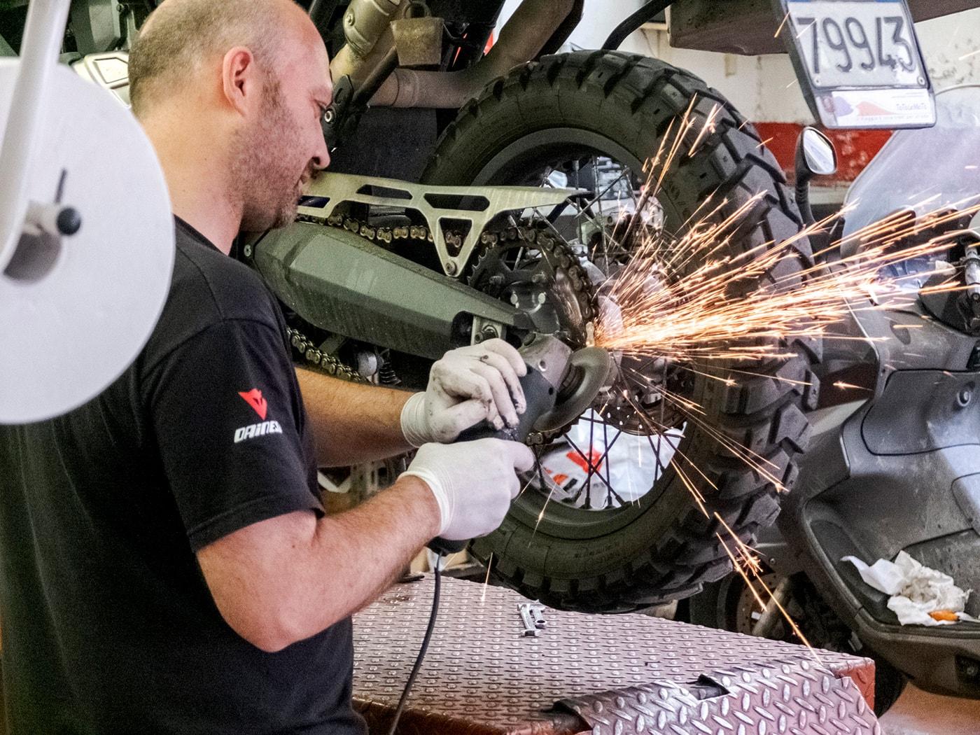 preparazione-giro-del-mondo-in-moto-taglio-catena
