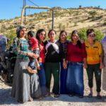 popolo curdo donne al fiume con moto