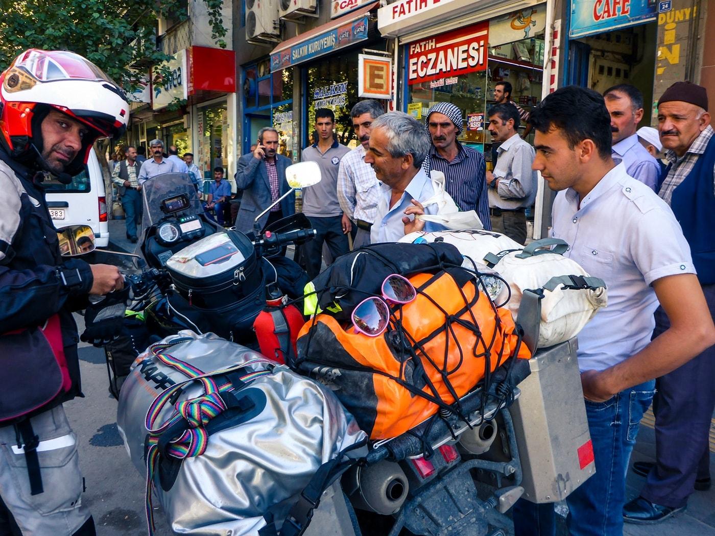 popolo curdo folla partenza