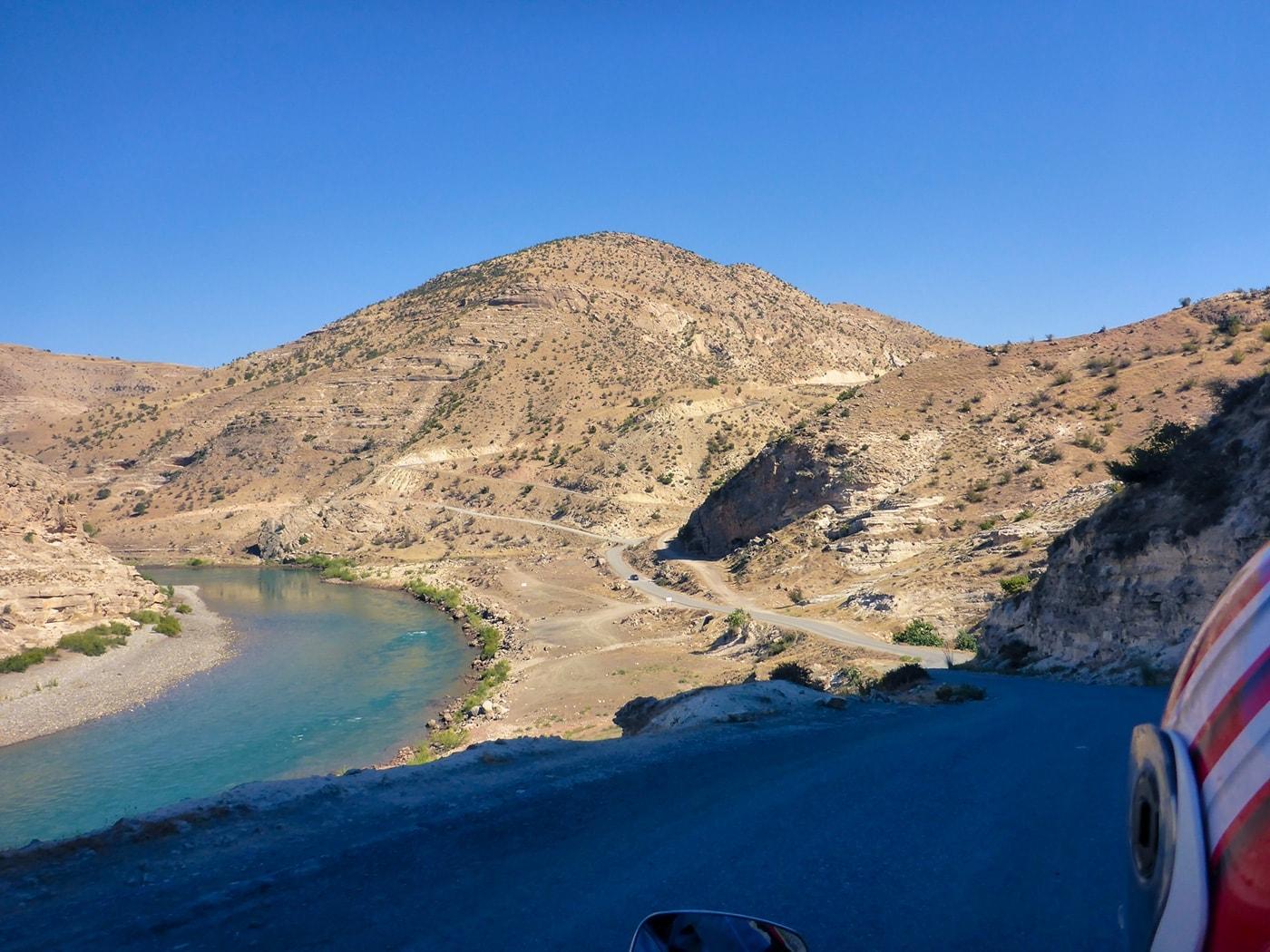 popolo curdo strada su fiume
