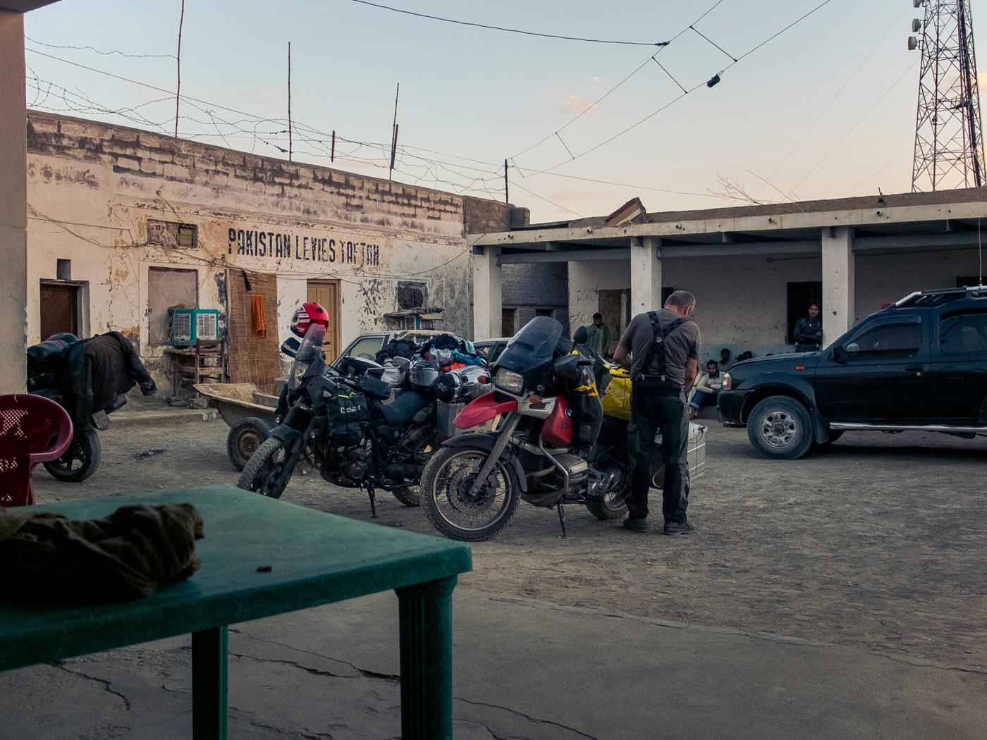 la scorta stazione polizia confine