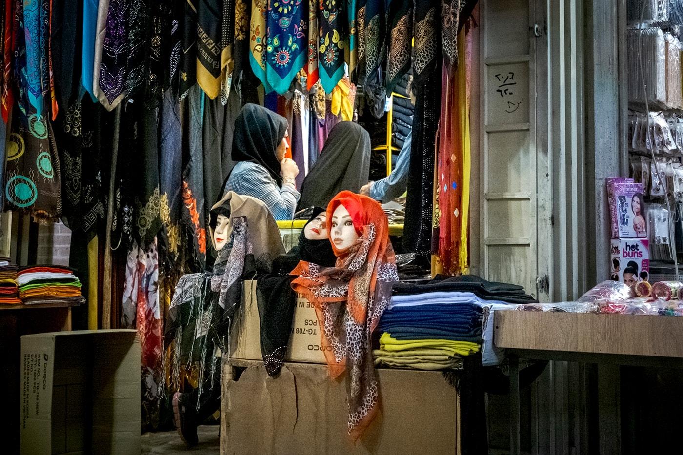 problemi in iran bazar negozio hijab