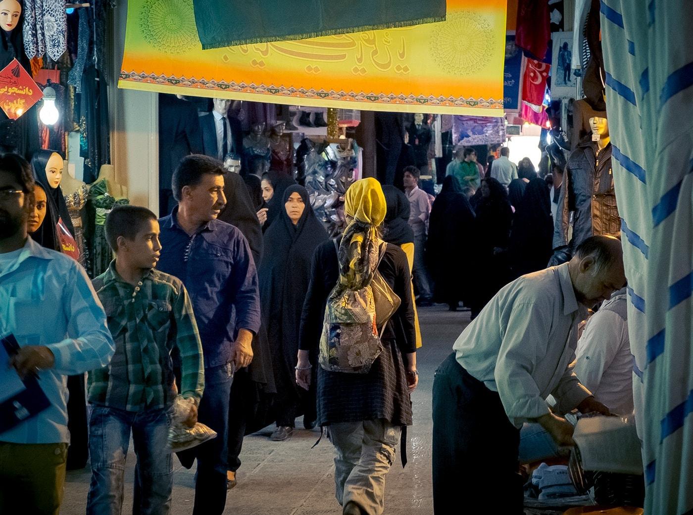 problemi in iran donna occidentale bazar