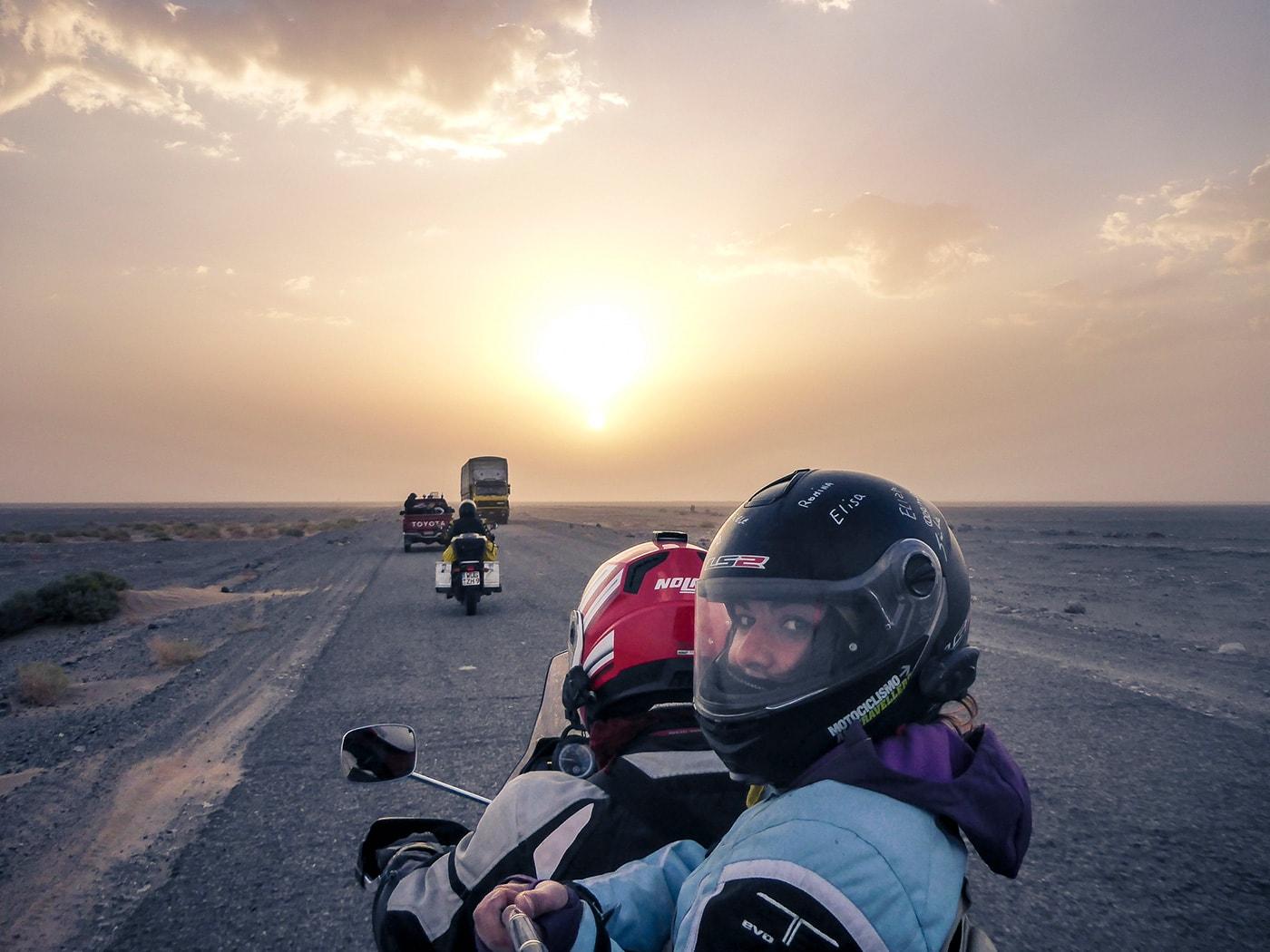 welcome to pakistan alba deserto coppia