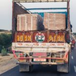india in moto traffico camion