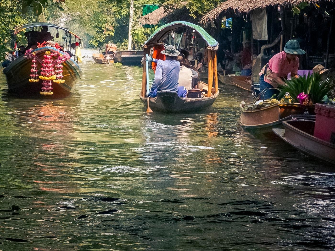 thailandia in moto khlong lat mayom floating market