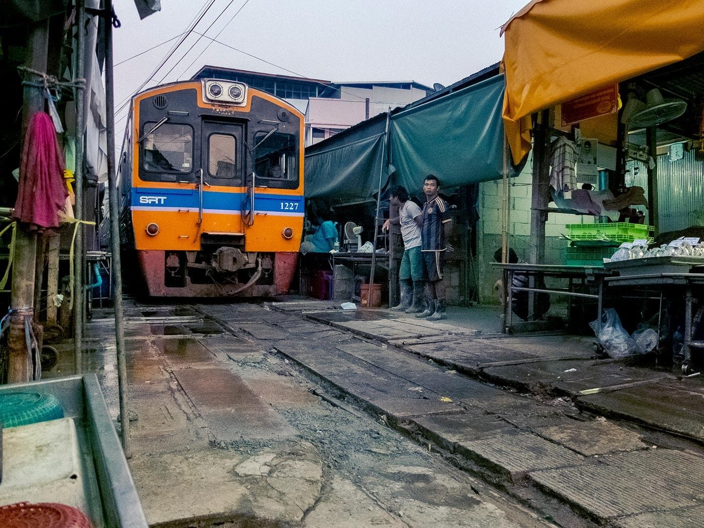 thailandia in moto mae klong treno mercato
