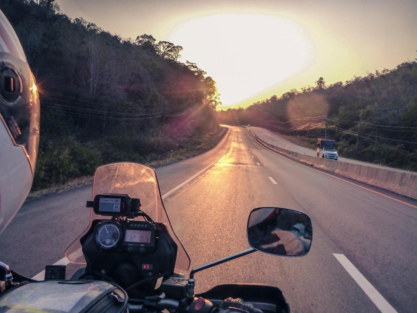 thailandia in moto strada