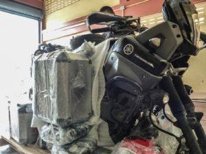 valigie e attrezzatura nella cassa per la spedizione moto