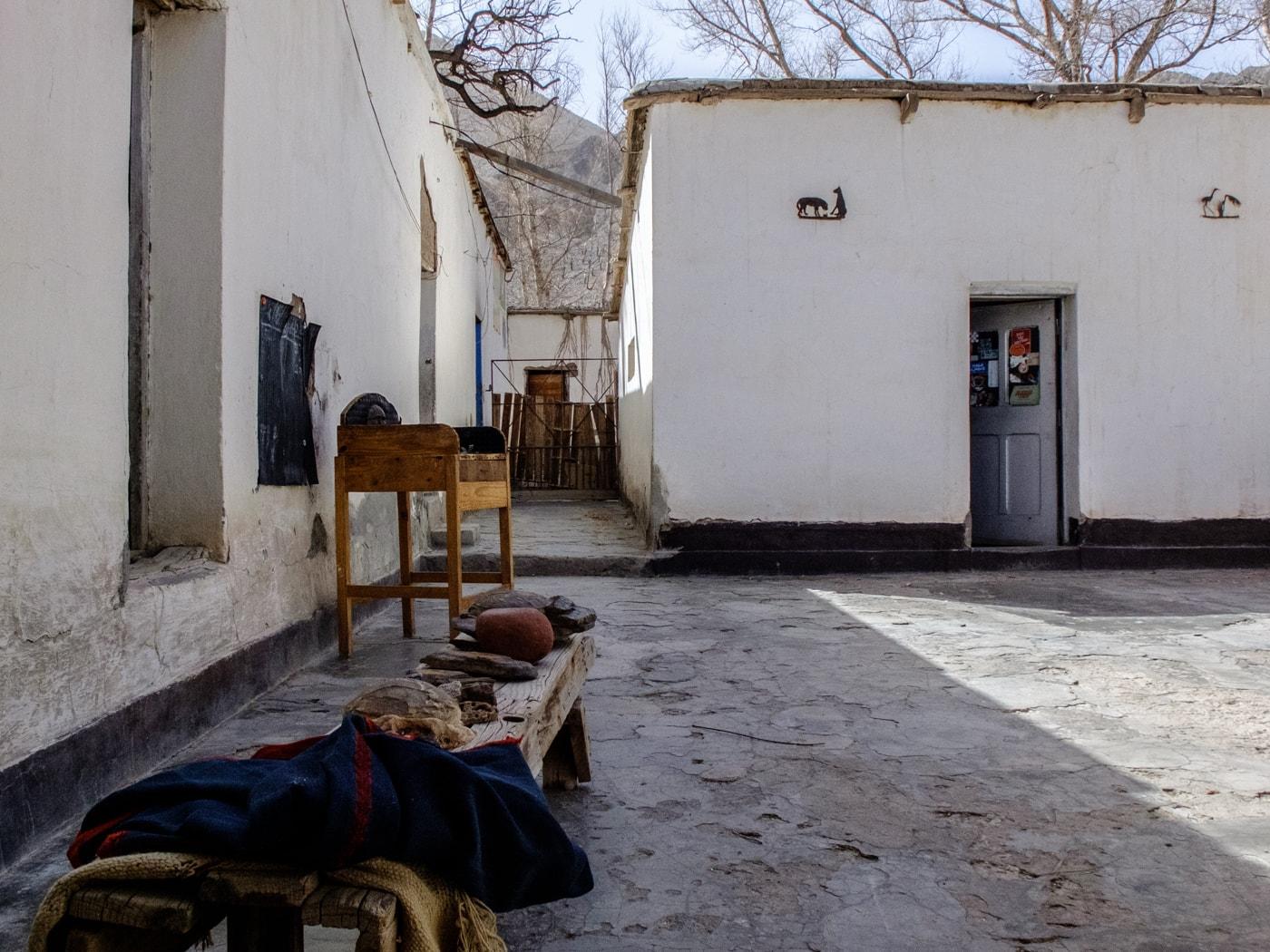 cortile casa nel deserto argentina del nord