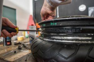 posizionamento valvola conversione tubeless delle ruote a raggi