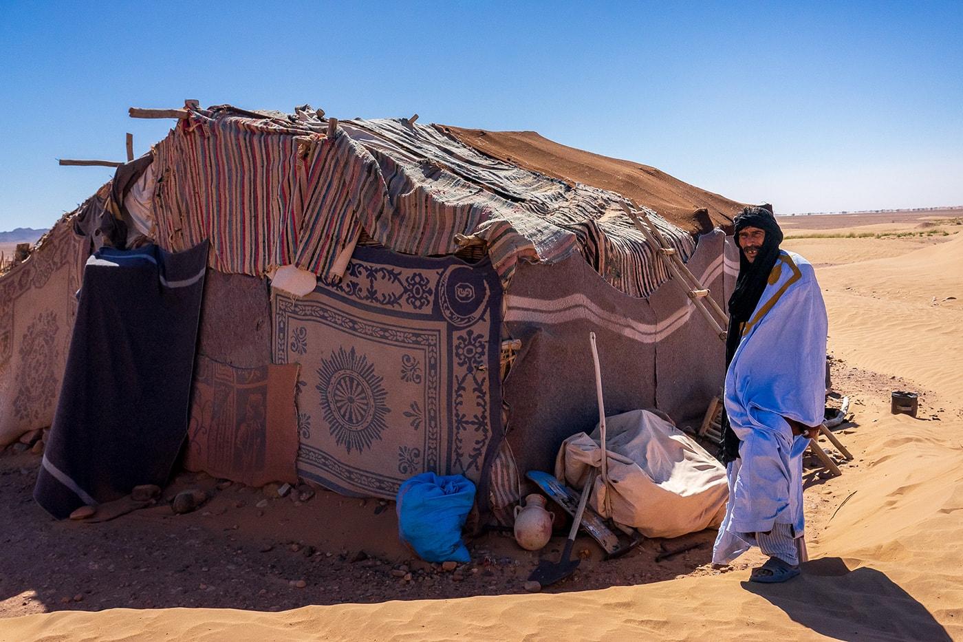 Alì posa davanti alla sua tenda nell'Erg Chegaga